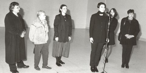 Zahájení výstavy sester Válových v NG s názvem Dvojjediná síla malby v roce 2000.  (zleva)  Jiří Ševčík, Jitka Válová, Marie Klimešová, Katarína Rusnáková, Marie Bergmanová a Jana Ševčíková.-valovy-doktorat-083d.jpg