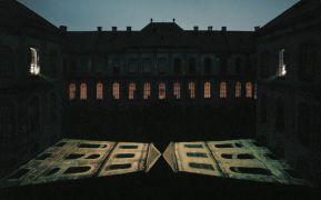 Claudia Wissman, Jan Blažej Santini-Aichel: Niht falls Light falls — light installation, slide projections (1996). Fotograf: Daniel Šperl