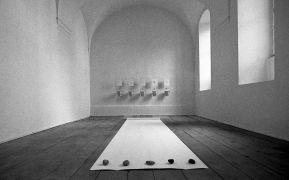 Peter Lelliott: Installation view, convent — convent (1994). Fotograf: Daniel Šperl