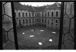 Boris Bakal: pohled do dvora konventu (1995). Fotograf: Radek Kodera