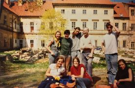 Ulay: students with Ulay (1995). Fotograf: Pavel Koch