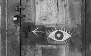 Silver, Petr Svárovský: Kolíbka — Dveře s klíčovou dírkou, kterou se bylo možné dívat na video instalaci (1995). Fotograf: Daniel Šperl