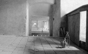 Richard Thomas: Křížení poledníků — instalace, sýpka (1995). Fotograf: Daniel Šperl